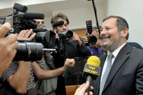 אורי לופוליאנסקי עם נציגי התקשורת בבית-המשפט, אפריל 2010 (צילום: יוסי זליגר)
