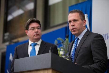 חברי-הכנסת מהליכוד גלעד ארדן (מימין) ואופיר אקוניס, 22.3.2015 (צילום: יונתן זינדל)