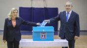 """יו""""ר הליכוד בנימין נתניהו עם אשתו שרה בקלפי ביום הבחירות הכלליות לכנסת, 2.3.2020 (צילום: מארק ישראל סלם)"""