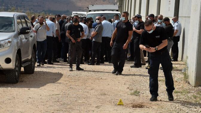 """שוטרים ואנשי שב""""ס ליד פתח המחילה שדרכה נמלטו שישה אסירים מכלא גלבוע שבצפון, 6.9.2021 (צילום: פלאש 90)"""