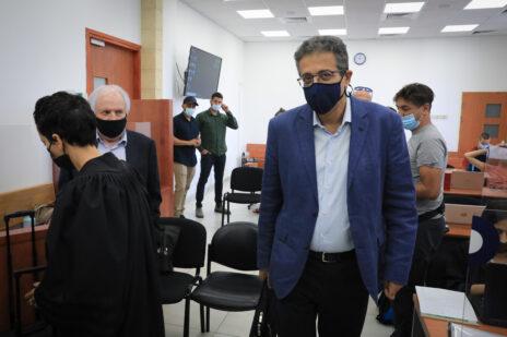 העד אילן ישועה והנאשם שאול אלוביץ' בבית-המשפט המחוזי בירושלים, 14.9.2021 (צילום: אוליבייה פיטוסי)