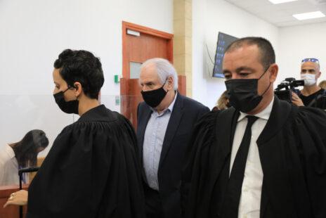 """עו""""ד ז'ק חן (מימין), סנגורו של שאול אלוביץ', בעל השליטה בבזק לשעבר וכיום נאשם יחד עם נתניהו בשוחד (באמצע), אתמול בבית-המשפט (צילום: אוליבייה פיטוסי)"""