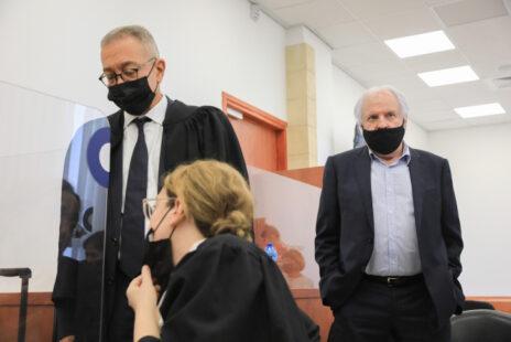 """הנאשם שאול אלוביץ' עם שניים מסנגורי רה""""מ לשעבר נתניהו (משמאל), בעז וכרמל בן-צור, אתמול בבית-המשפט (צילום: אוליבייה פיטוסי)"""