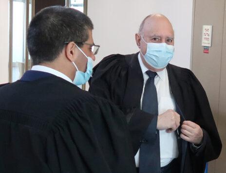 """עורכי-הדין פיני רובין וירון אלכאוי בבית-המשפט המחוזי בתל-אביב (צילום: איתמר ב""""ז)"""