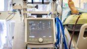 מכונת אקמו ביחידת טיפול נמרץ בבית-החולים שערי-צדק בירושלים, השבוע (צילום: יונתן זינדל)