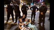 הפגנת רופאים מתמחים במחאה על תנאי עבודתם, מול ביתה של שרת הכלכלה אורנה ברביבאי, 25.9.21 (צילום: תומר נויברג)
