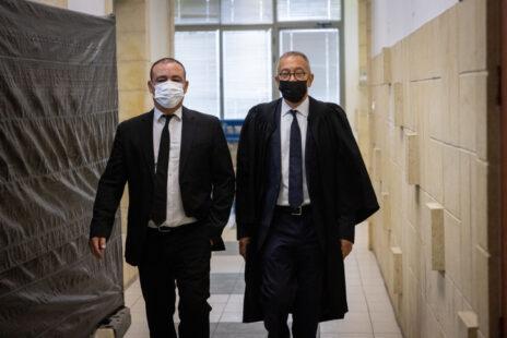 עורכי-הדין בעז בן-צור (מימין) וז'ק חן, היום בבית-המשפט המחוזי בירושלים (צילום: יונתן זינדל)