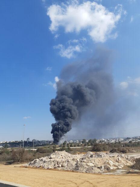 """שריפת פסולת, אזור התעשייה ניצני שלום (צילום: """"אזרחים למען אוויר נקי"""")"""