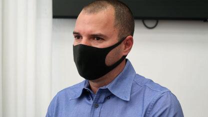 """מנכ""""ל חדשות 13 אבירם אלעד, לשעבר העורך הראשי של """"וואלה"""", לפני תחילת עדותו במשפט המו""""לים, 11.10.21 (צילום: אורן פרסיקו)"""