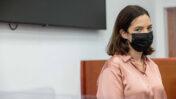 """מיכל קליין, ראש מערכת החדשות של """"וואלה"""" וממלאת מקום עורך האתר לשעבר, ביום עדותה השלישי והאחרון במשפט """"תיק 4000"""". בית-המשפט המחוזי בירושלים, 20.10.2021 (צילום: יונתן זינדל)"""
